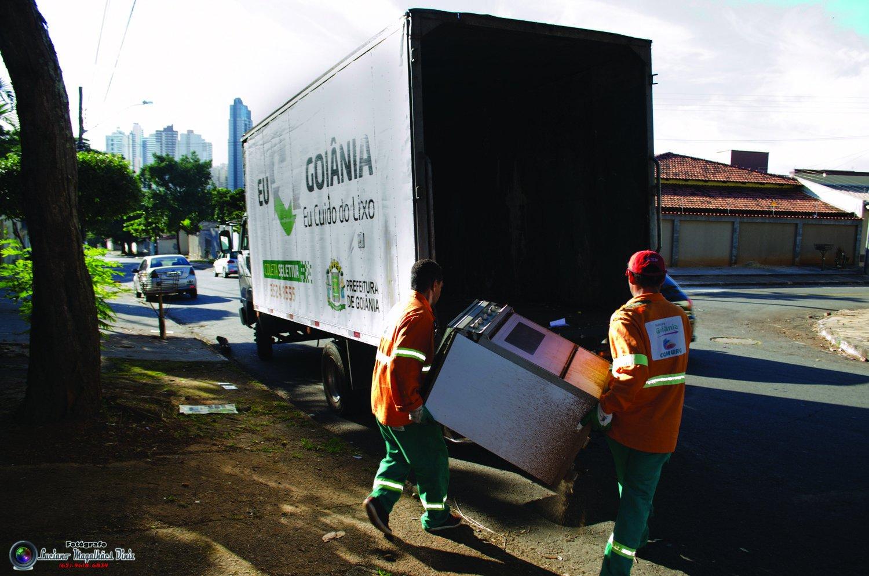 Cata-treco recolhe camas, colchões, geladeiras e todos o tipos de móveis | Foto: Luciano Magalhães