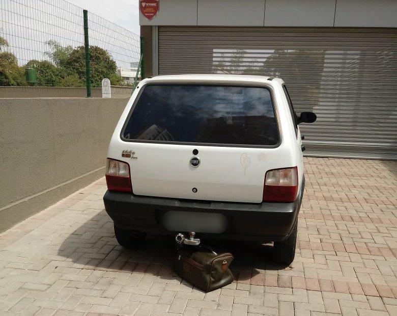 Mala foi depositada sob carro | Foto: Leitor/Whatsapp