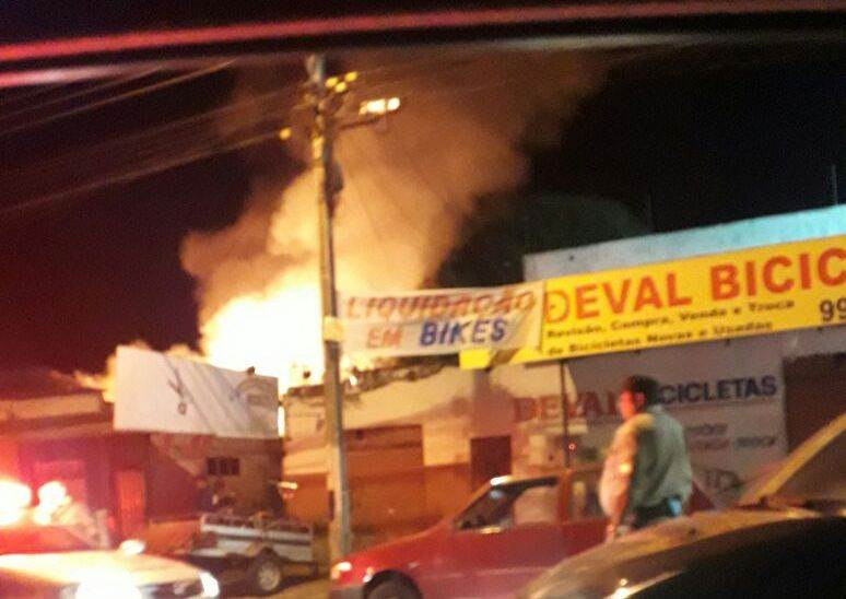 Incêndio na Vila Brasília assusta moradores | Foto: leitor WhatsApp