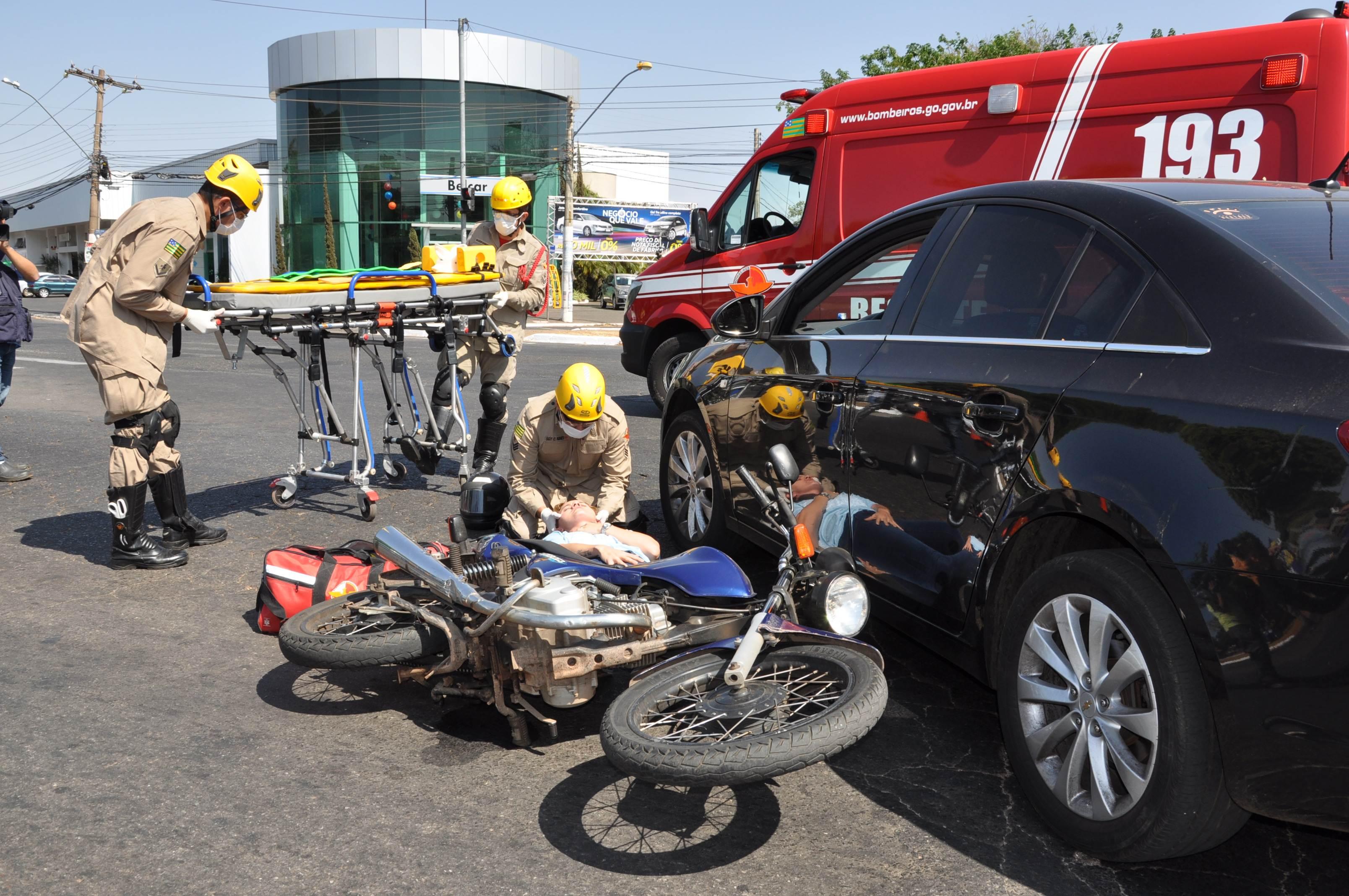 Simulação de acidente, realizada pelo Corpo de Bombeiros, em parceria com o Detran-GO, alerta população para os riscos do desrespeito às leis de trânsito | Foto: Divulgação / Detran-GO