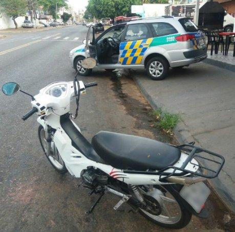 Moto foi roubada pelo suspeito durante a fuga na Avenida T-62 | Foto: Divulgação / PM
