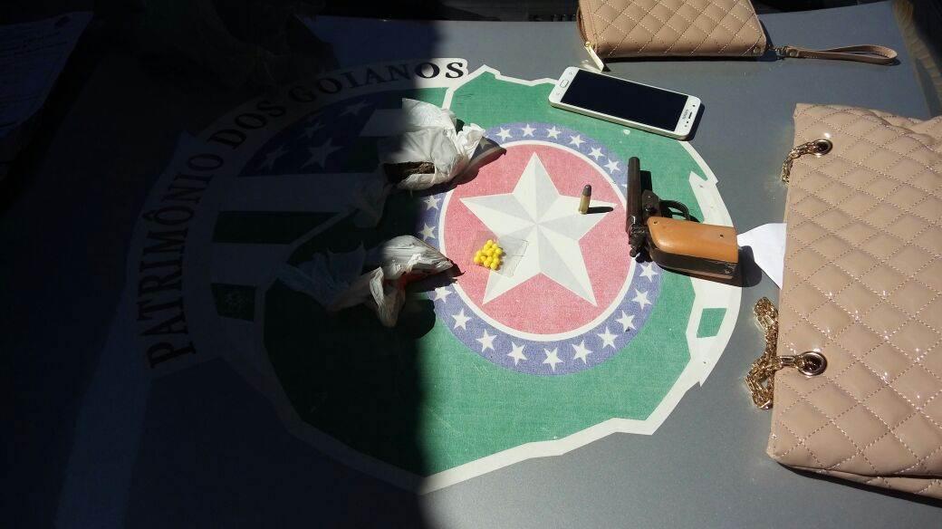 Com os suspeitos, foram identificados osobjetos roubados e a arma usada no crime, do tipo garrucha de dois canos, com duas munições intactas de calibre 32, além de uma porção de droga | Foto: Divulgação / PMGO