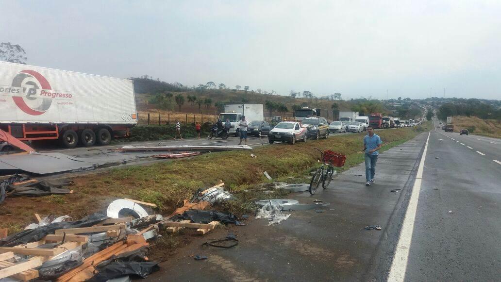 Acidente no km 117 da BR-060 causa transtornos no sentido Goiânia-Anápolis   Foto: Divulgação / PRF