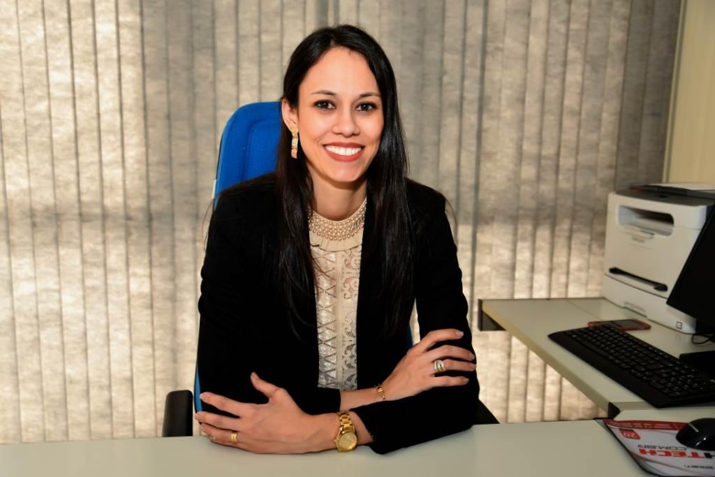 Hélia Gonçalves, gerente Administrativo Financeiro da CDL Goiânia, explica que a entidade visa o desenvolvimento dos lojistas associados | Foto: Divulgação