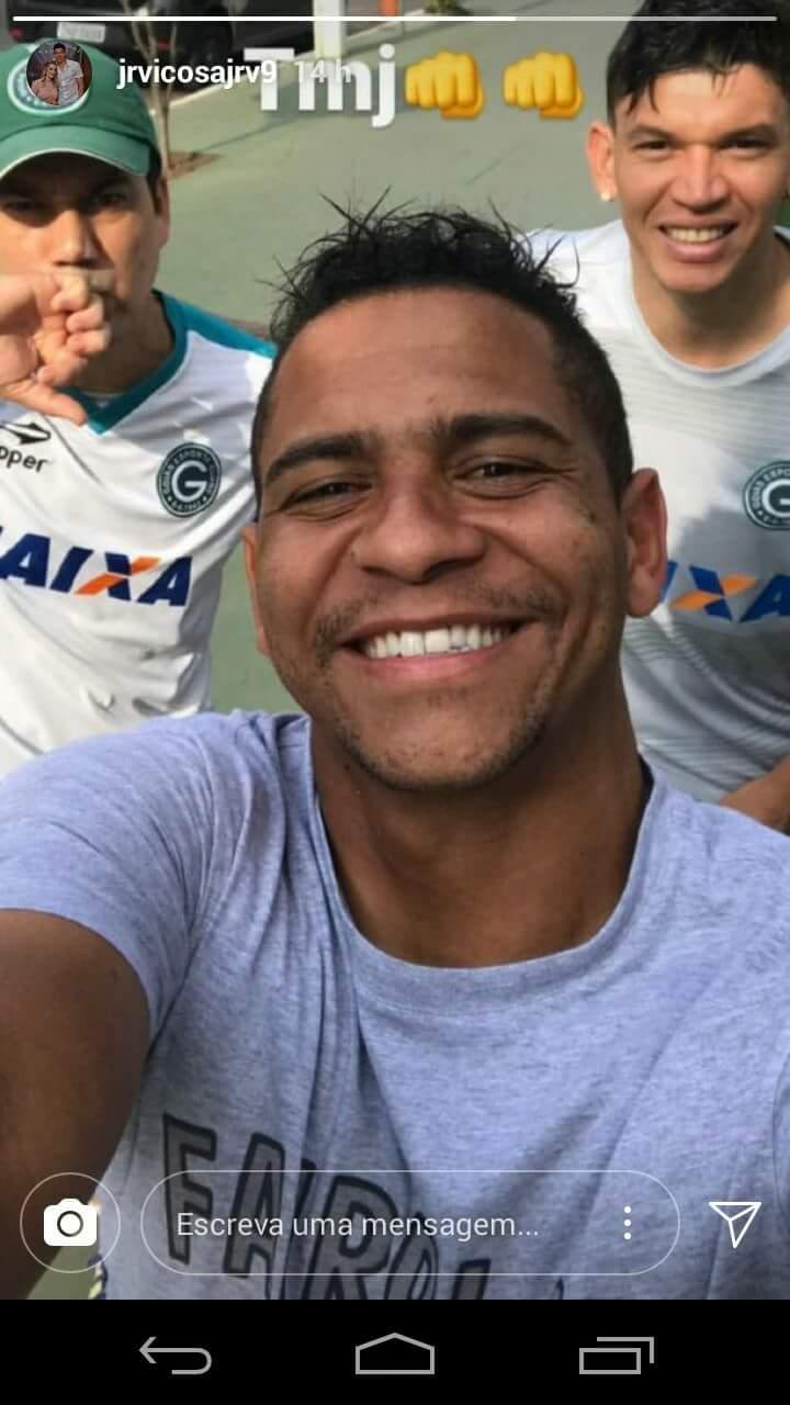Foto em que aparecem o massagista Bebeto, ex-Goiás Walter e atacante Viçosa chamou a atenção dos seguidores do atleta esmeraldino | Foto: Reprodução / Instagram