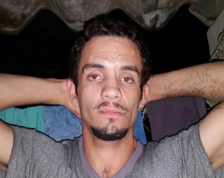 Felipe Pereira de Souza (foto), de 22 anos, e Wanderson Junior Simão de Souza, de 25 anos, foram presos após denúncia de que haviam cometido uma série de assaltos a pedestres no Jardim Buriti Sereno, em Aparecida | Foto: Reprodução