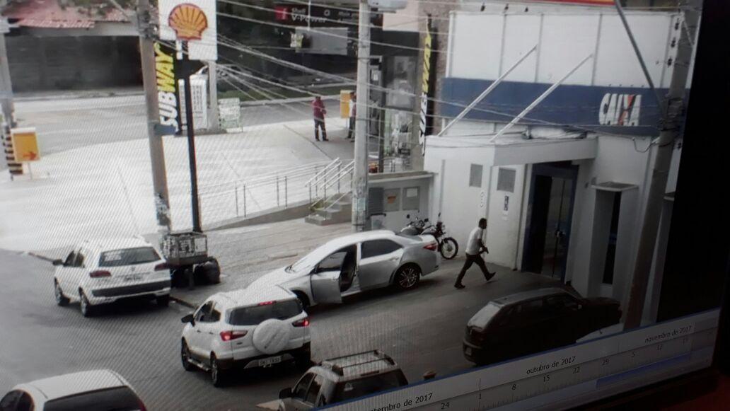 Criminosos fortemente armados renderam clientes e funcionários em agência da Caixa Econômica no Parque Anhanguera, em Goiânia | Foto: Reprodução