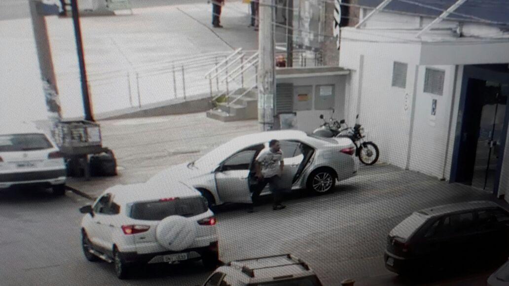 Criminosos fortemente armados renderam clientes e funcionários em agência da Caixa Econômica no Parque Anhanguera, em Goiânia   Foto: Reprodução