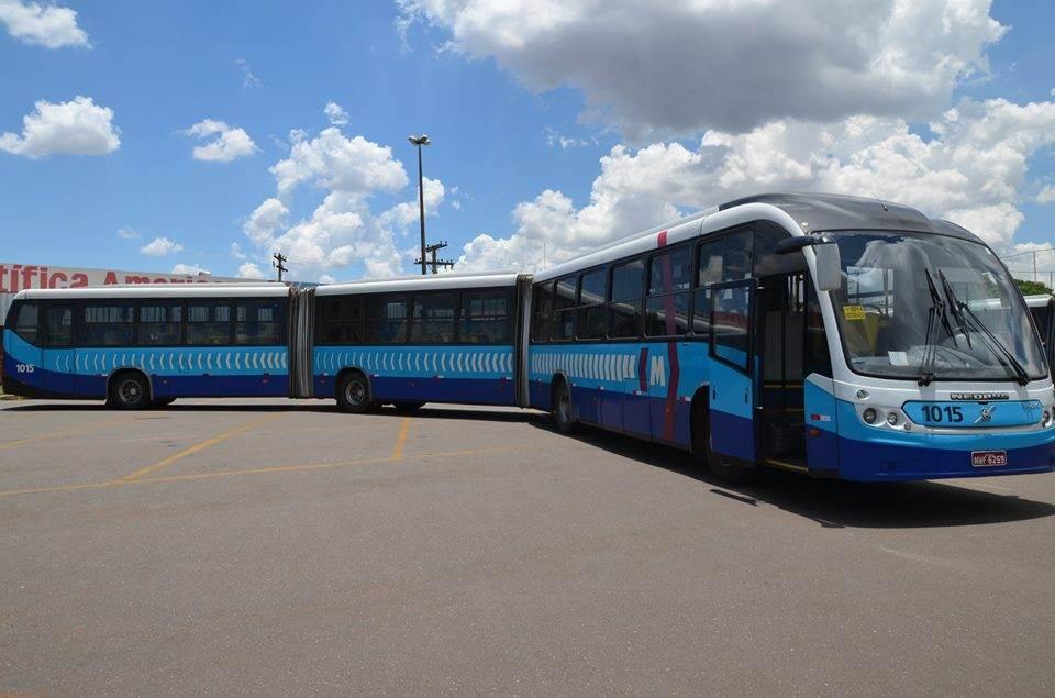 Três ônibus do Eixo Anhanguera foram apedrejados em Goiânia nesta sexta-feira | Foto: Reprodução