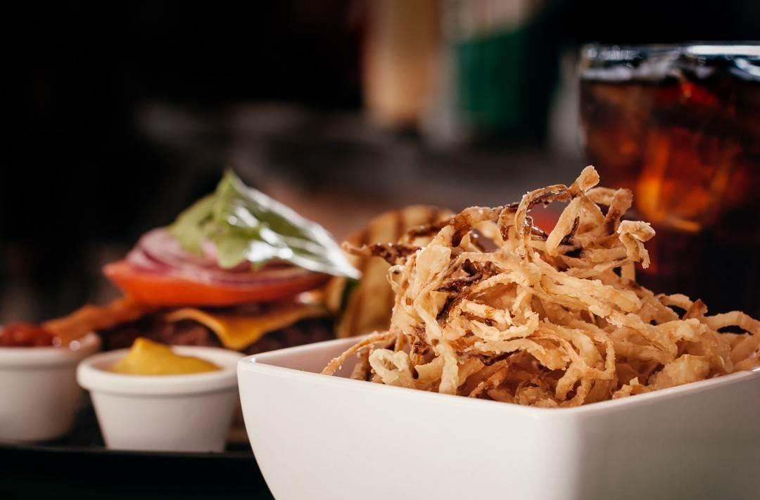 Tiras de cebola frita, onion strings fazem sucesso como acompanhamentos | Foto: Reprodução/ Redes Sociais