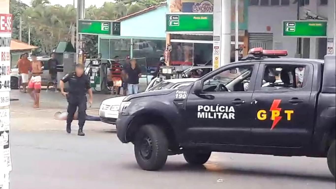 Vídeo mostra PM entrando em carro de vítima baleada em Senador Canedo e tiros saem de dentro para fora | Foto: Reprodução/ Vídeo