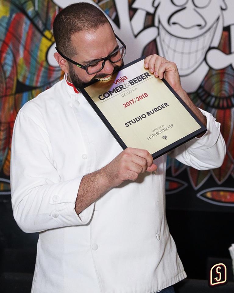 Chef Lucas Cabral comemora o título | Foto: Reprodução/ Redes Sociais