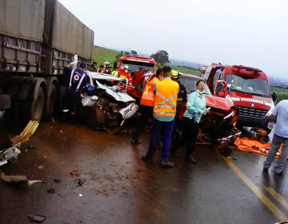 Idoso perdeu o controle de caminhonete em aquaplanagem, bateu em carro e carreta e morreu na BR-452 | Foto: Leitor/ WhatsApp