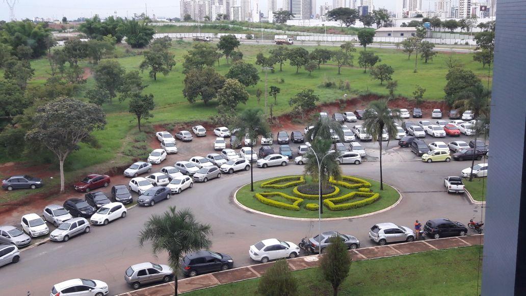 Estacionamento para servidores da Prefeitura de Goiânia é feito em um gramado, sem infraestrutura adequada ou segurança | Foto: WhatsApp/ Folha Z