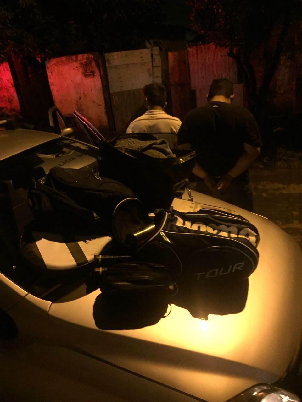 Dentro do veículo dos suspeitos foram encontradas mochilas e carteiras, além de diversos materiais, roupas e suplementos esportivos | Foto: Folha Z