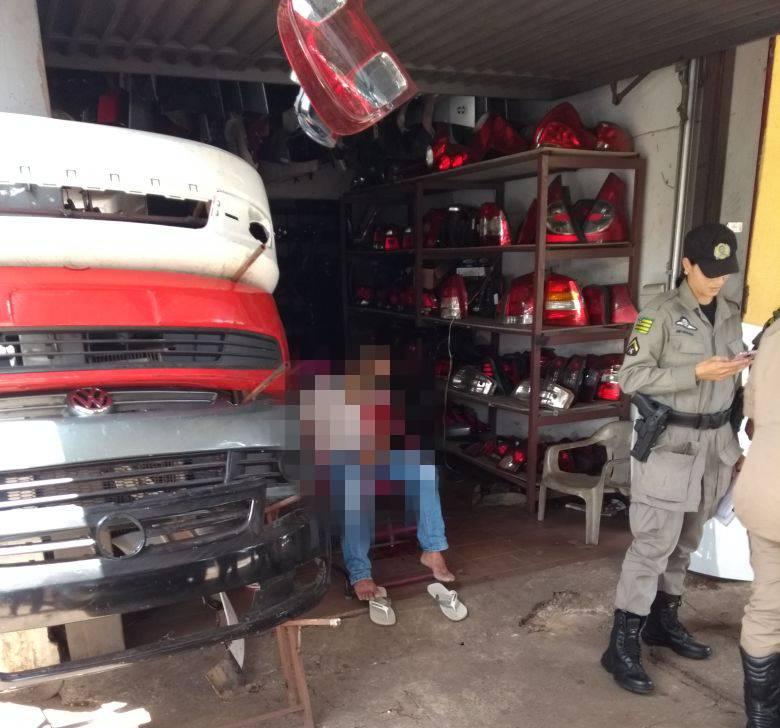 Homem é morto enquanto estava sentado em frente a loja de peças na Canaã | Foto: Leitor/ WhatsApp