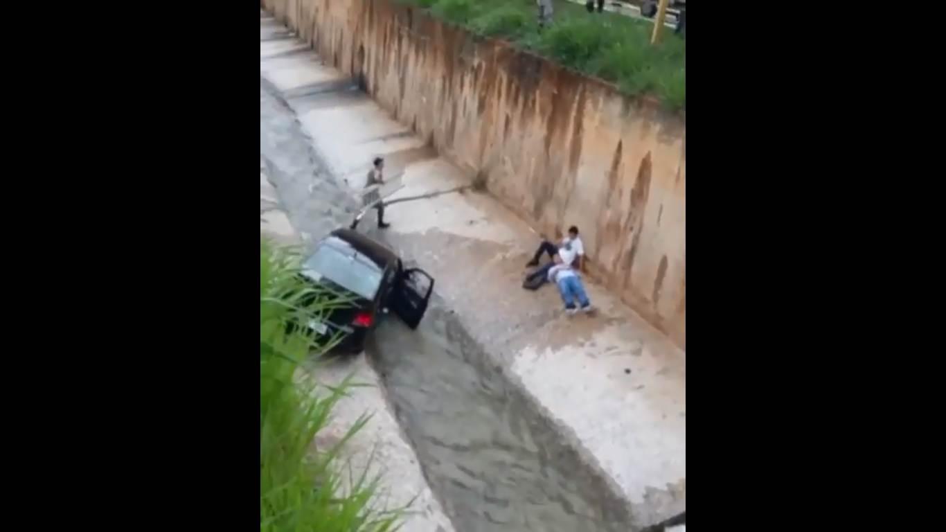 Carro cai da Marginal Botafogo, em Goiânia, e dois ficam feridos | Foto: Leitor/ WhatsApp