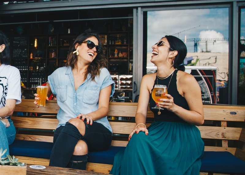 Nos bares, baladas e shows, é muito pequena a chance de encontrar um lugar com menos mulheres do que homens em Goiânia | Foto: Pexels