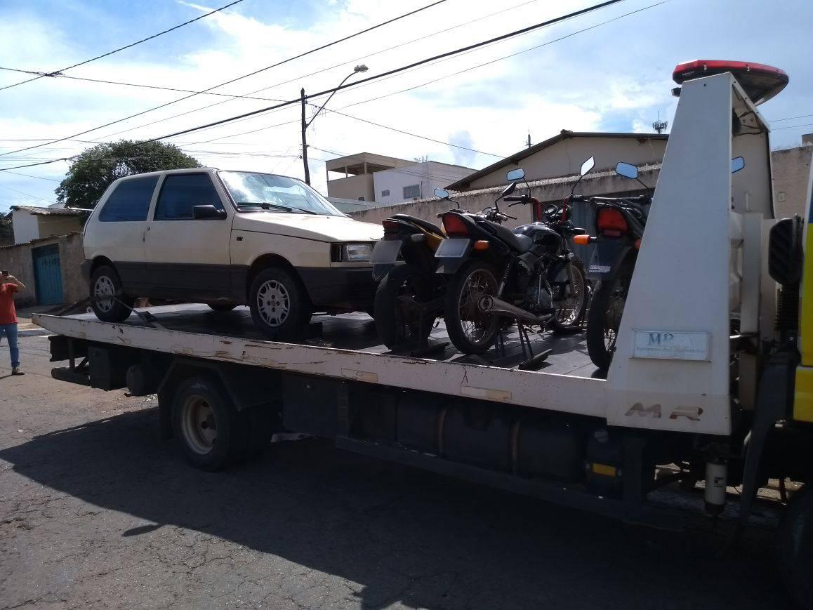 A poucos metros da Delegacia de Crimes de Trânsito, em Goiânia, dupla é presa com  carros roubados | Foto: Divulgação/ PM
