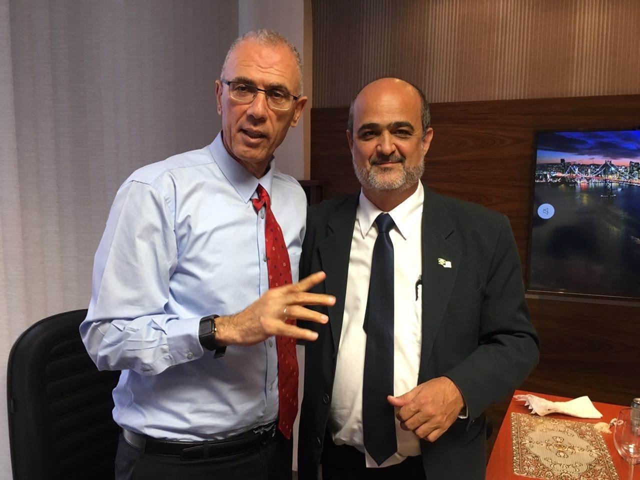Embaixador de Israel Yossi Shelley ao lado do superintendente de Comunicação de Aparecida Ronaldo Coelho | Foto: Reprodução/ Prefeitura
