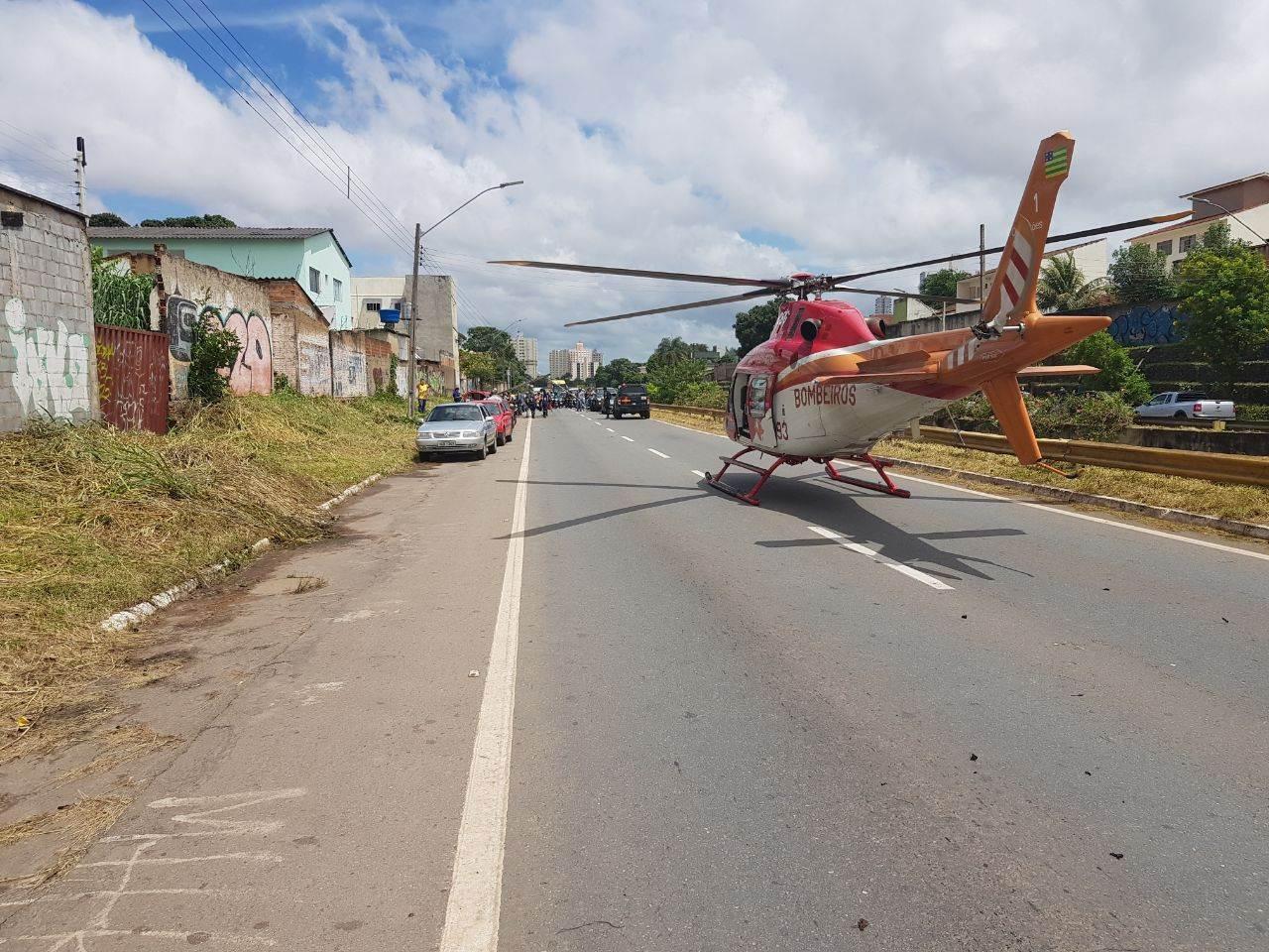 Helicóptero do Corpo de Bombeiros pouso na Marginal Botafogo para ajudar no