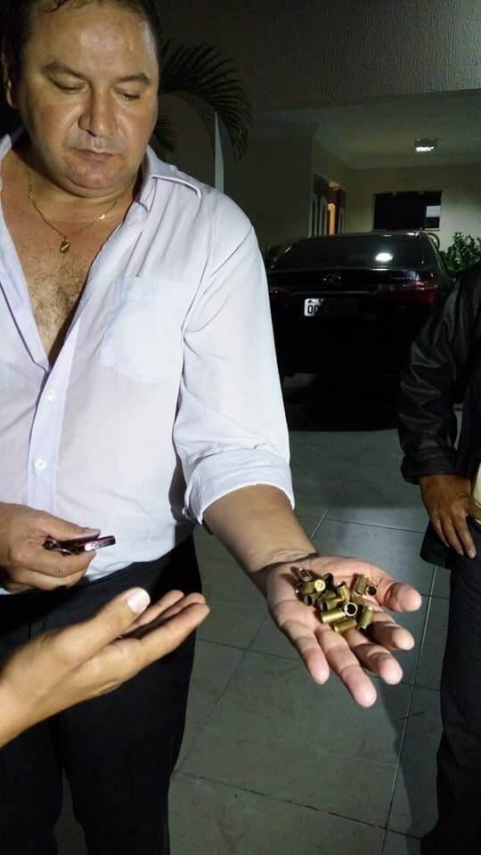 Advogado Arlindo Ceará mostra as capsulas encontradas na porta da sua casa   Foto: divulgação