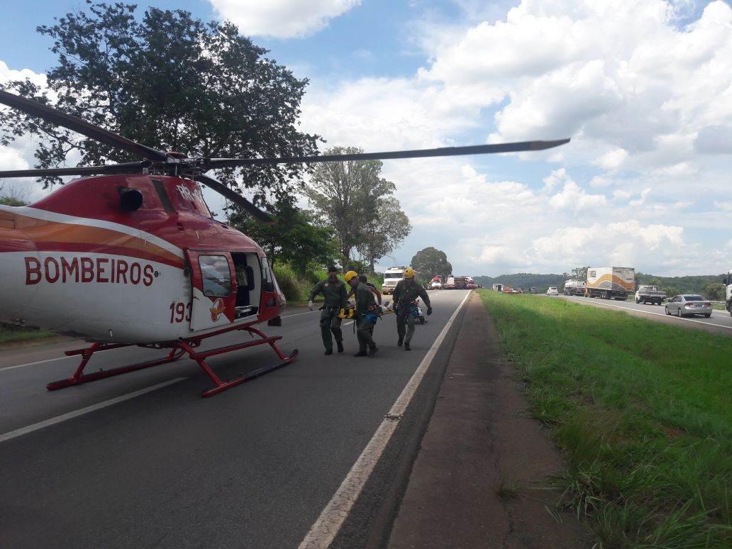 Carro capota no sentido Anápolis-Goiânia da BR-153 e deixa vítima fatal   Foto: CBMGO