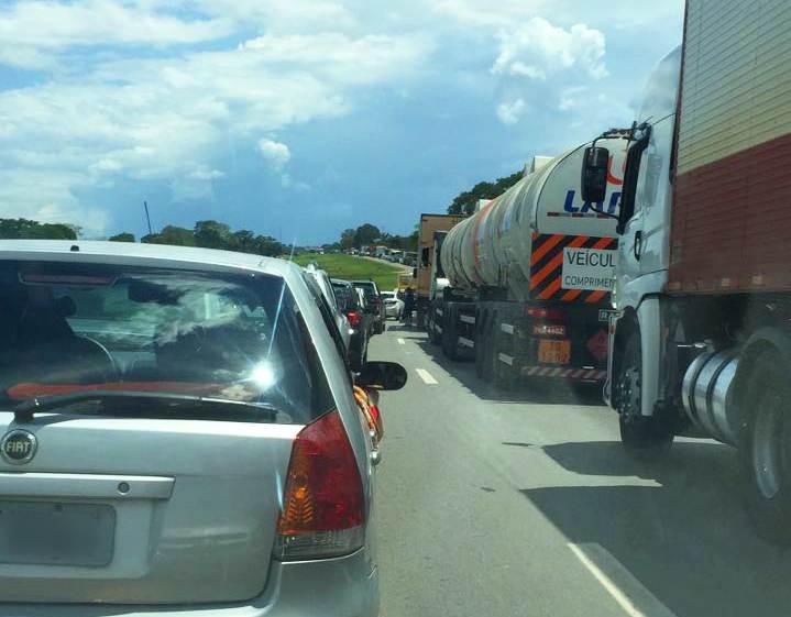 Via é interditada entre Anápolis e Goiânia após capotamento na BR-153   Foto: Leitor / WhatsApp