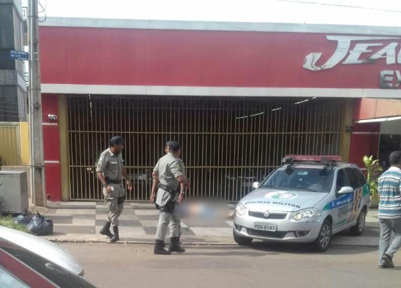 Homem é morto com mais de 15 tiros em frente a lava-jato no Sudoeste, em Goiânia | Foto: Leitor / WhatsApp