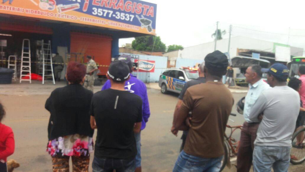 Jovem é baleado e morre enquanto trabalhava na ferragista do pai em Trindade | Foto: Leitor / WhatsApp