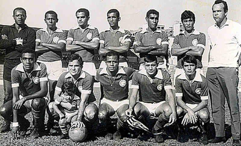 Macalé (2º de pé) vestindo a camisa do Goiás   Foto: Reprodução
