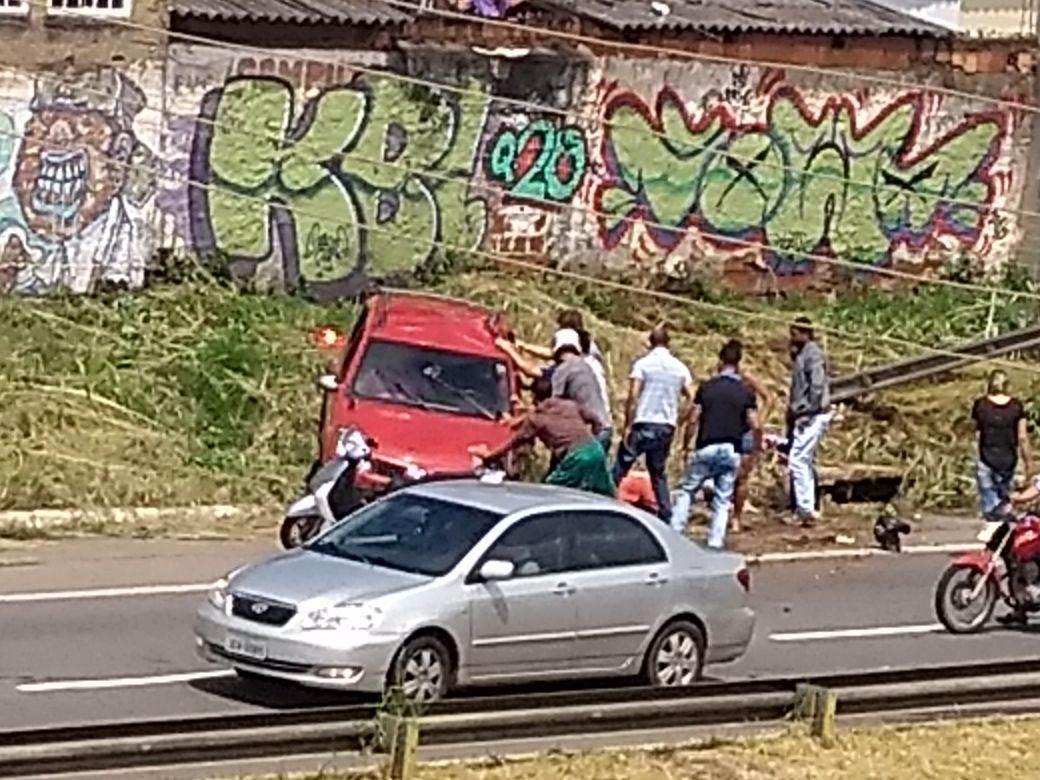 Motoristas que presenciaram e passavam pelo local do acidente, na Marginal Botafogo, ajudaram a retirar o carro de cima de uma das vítimas | Roosevelt De Sousa
