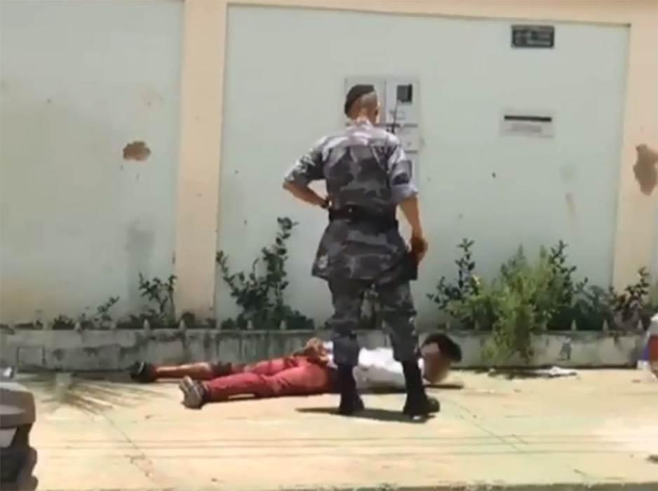 Revoltados com assalto, populares detêm ladrão no Pq Amazônia, em Goiânia | Foto: Leitor / WhatsApp