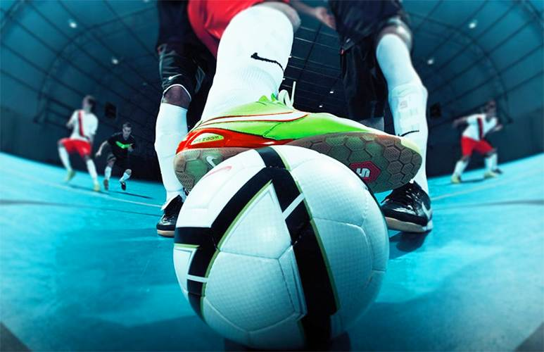 Decisão da Fifa gerou polêmica: entidade resolveu liberar a cobrança de laterais e escanteios com as mãos no futsal | Foto: Reprodução