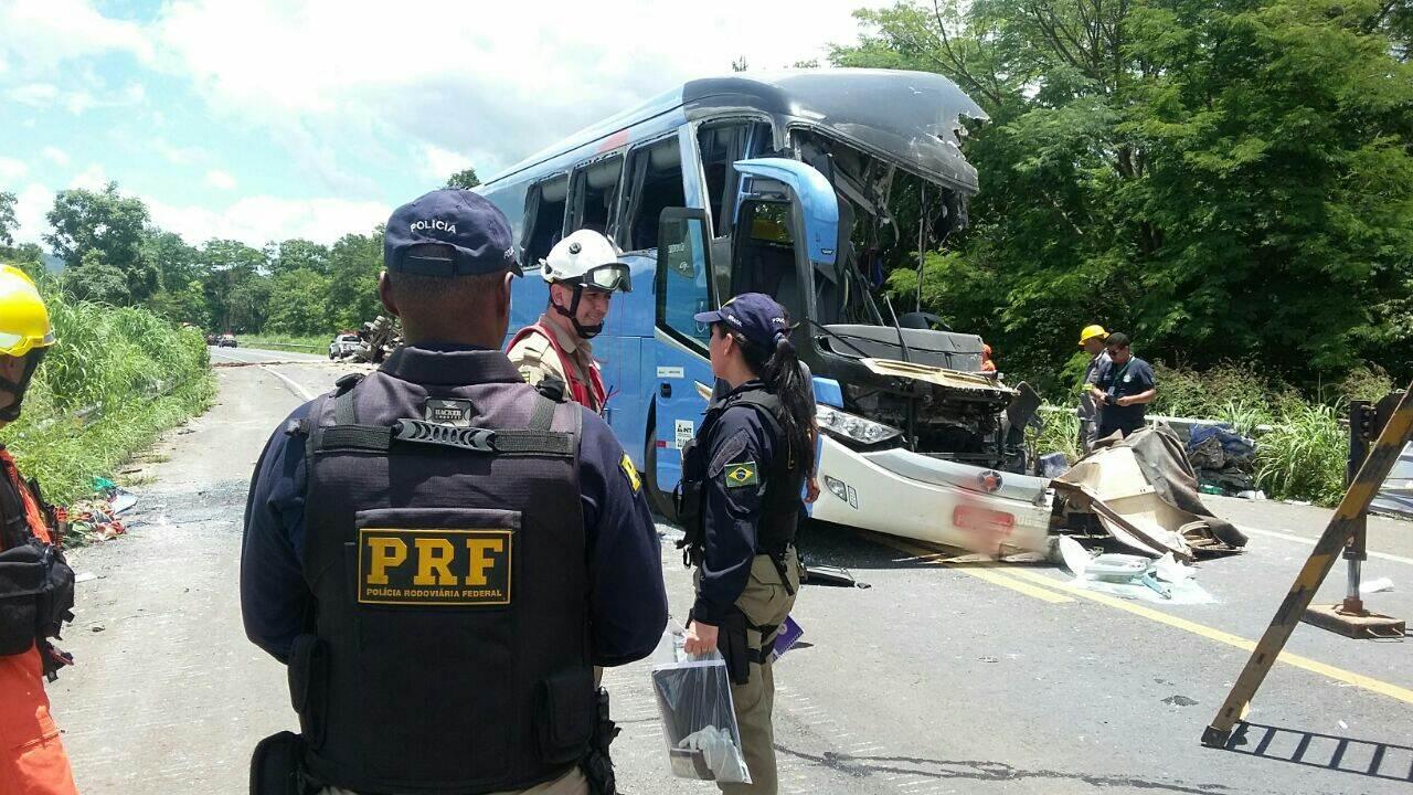 Carreta bate em ônibus que seguia para Goiânia e deixa 8 mortos | Foto: PRF