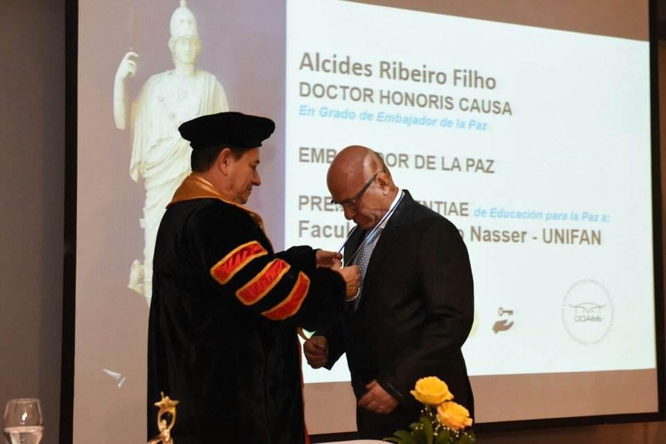 Professor Alcides recebe premiação em Cuba | Foto: Divulgação