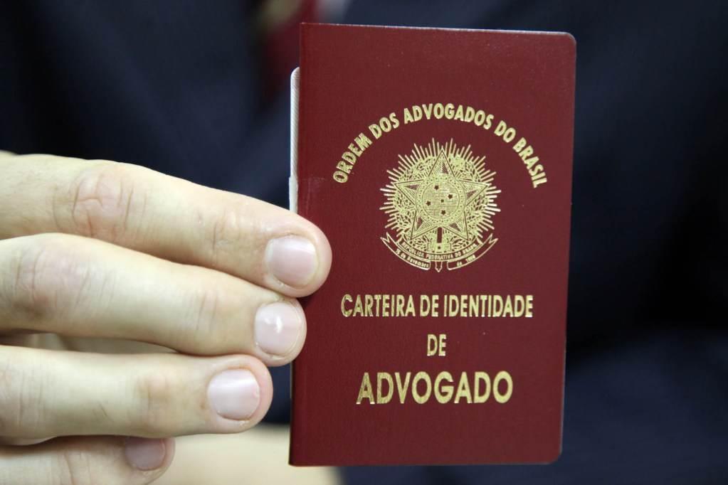 Advogado exibe a Carteira da Ordem(OAB)   Foto: José Luis da Conceição/ OABSP