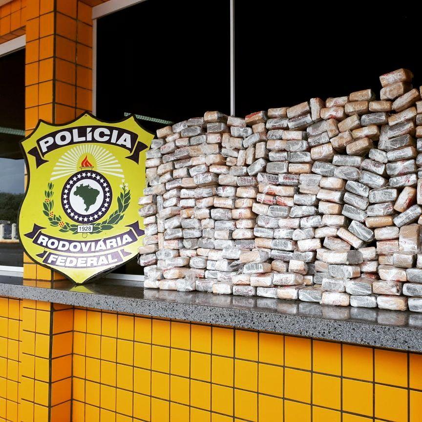 PRF prende casal que trazia 40 kg de maconha do Paraguai para Goiânia | Foto: Divulgação/ PRF