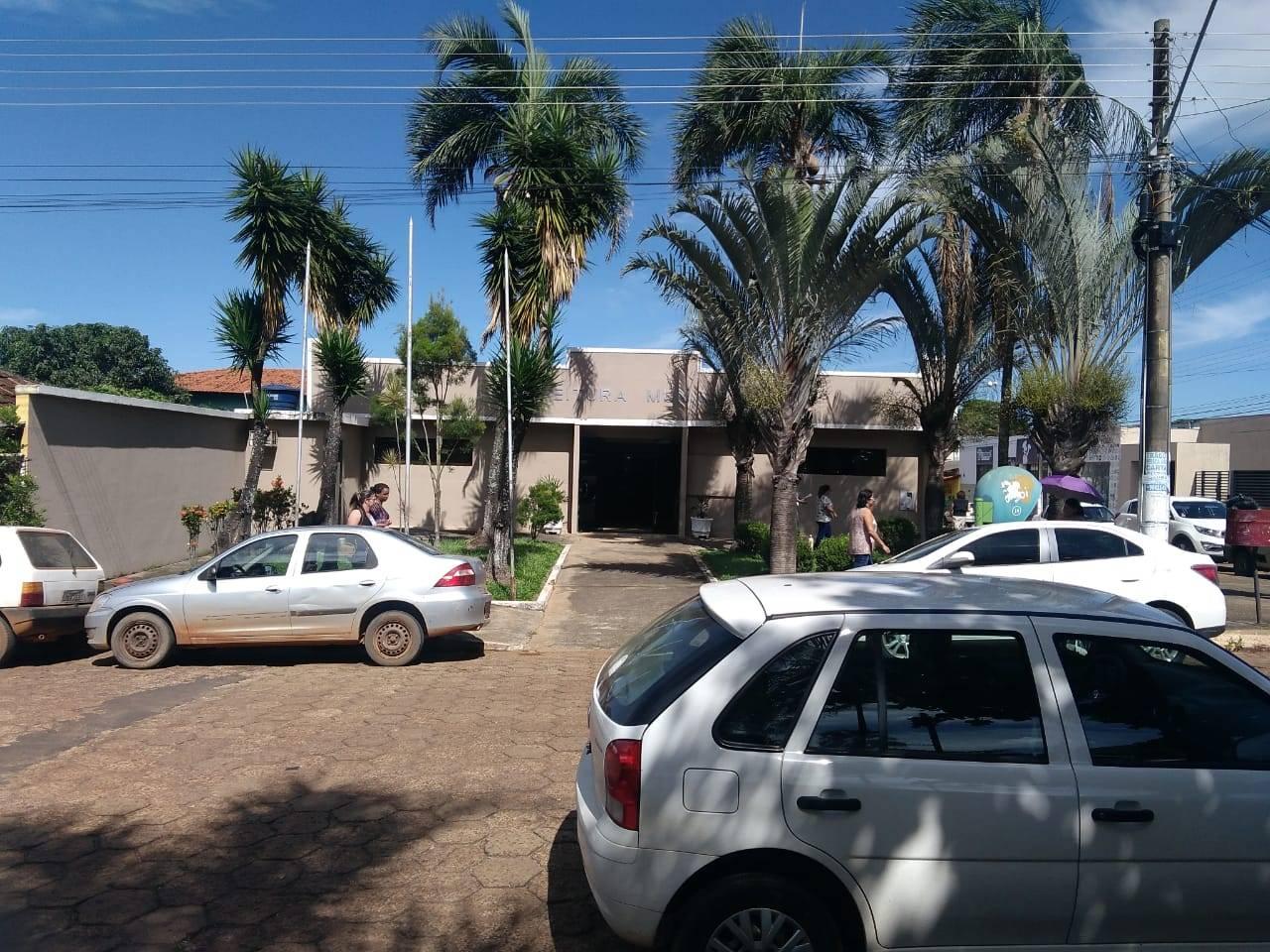 Na prefeitura de Leopoldo de Bulhões, a reportagem não conseguiu falar com o prefeito Alécio Mendes (PR), que 'estava em reunião' | Foto: Folha Z
