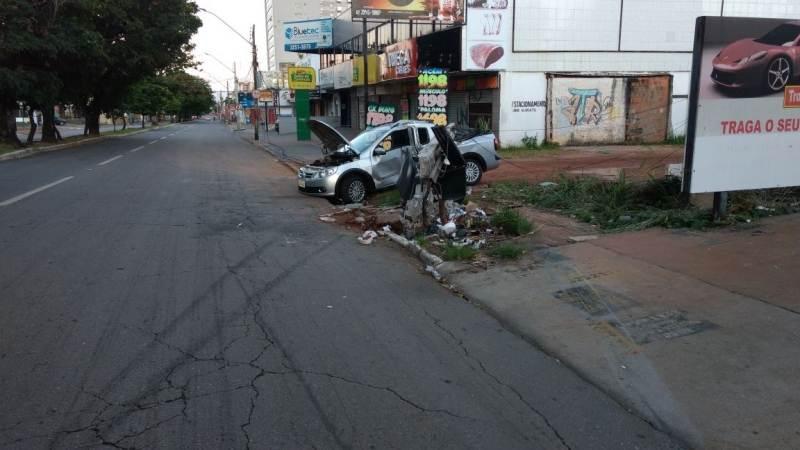 Jovem perde o controle do carro e colide próximo ao Ginásio de Esportes | Foto: divulgação WhatsAPP