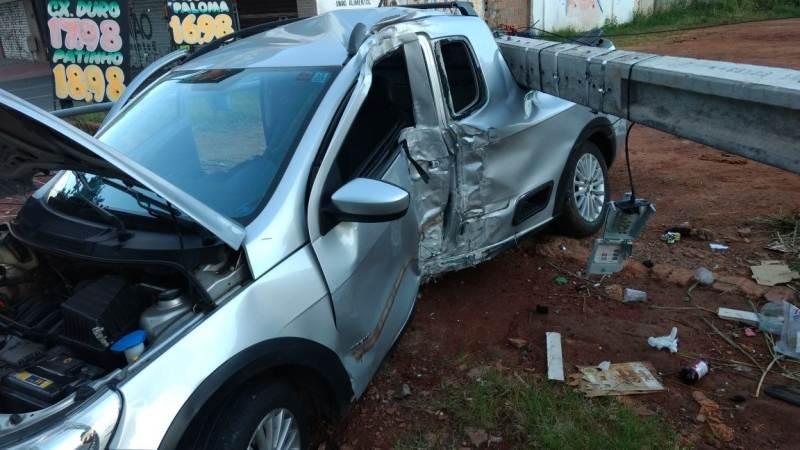 Jovem perde o controle do carro e colide próximo ao Ginásio de Esportes | Foto: Divulgação/ WhatsApp