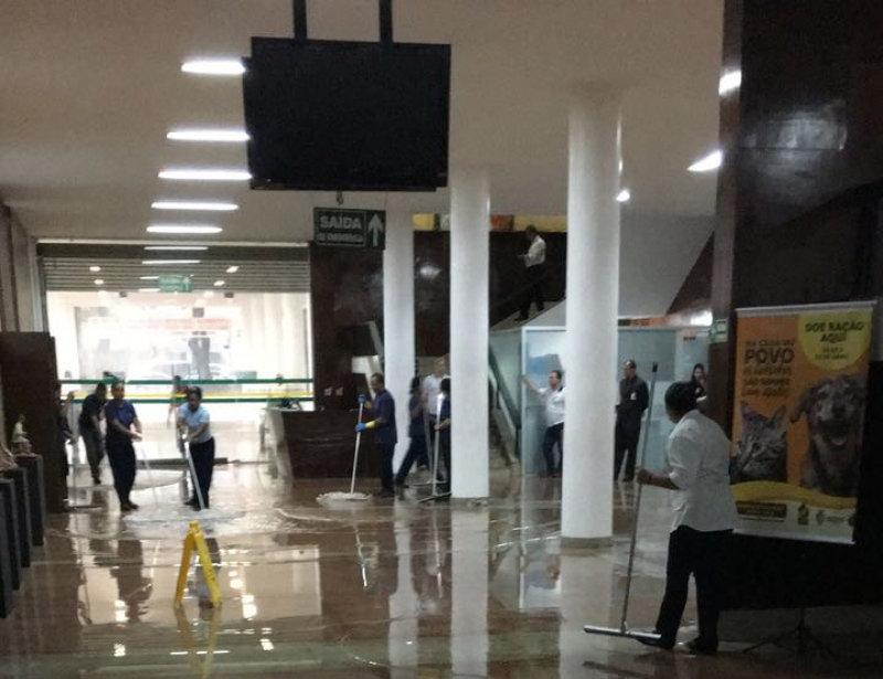 Enxurrada invadiu a Alego durante chuvas fortes em Goiânia na tarde desta quinta-feira, 5 | Foto: Reprodução