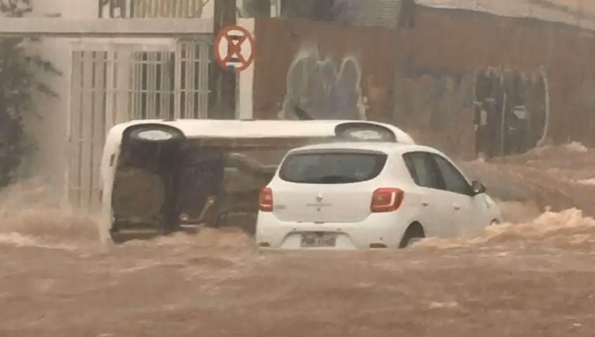 Vídeo mostra capotamento de carro na Av. 85 após temporal   Foto: Thuanny Pires