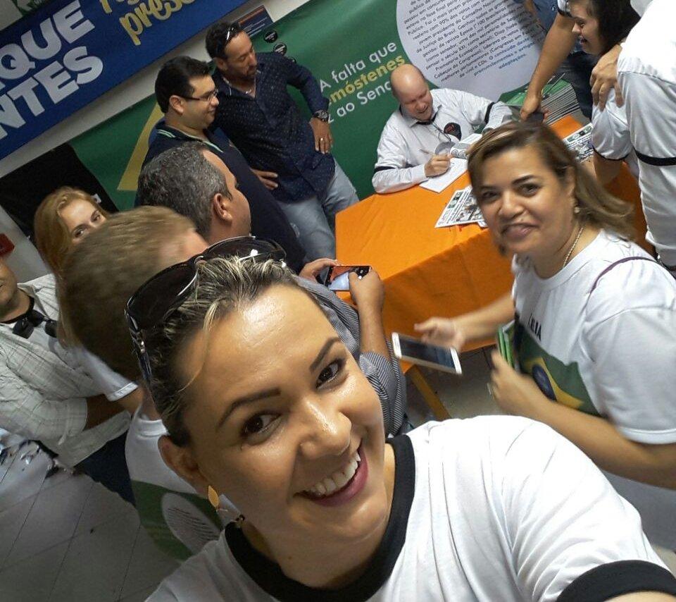 Demóstenes dá autógrafos e é assediado por 'selfies' em eventos dos quais participa | Foto: Divulgação