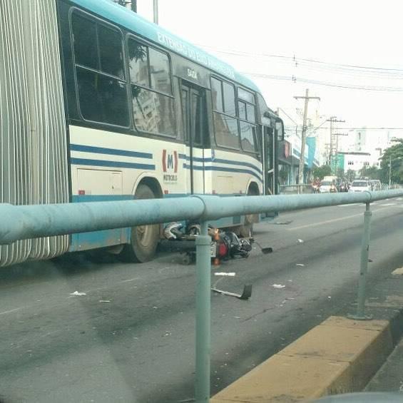 Acidente com ônibus do Eixo-Anhanguera complica trânsito na via | Foto: Leitor/ Whatsapp