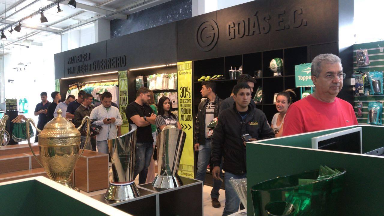 Vinte mil ingressos vendidos antecipadamente para Goiás e Avaí. Filas foram formadas durante toda a tarde na loja Empório Esmeraldino   Foto: Leandro Rabelo