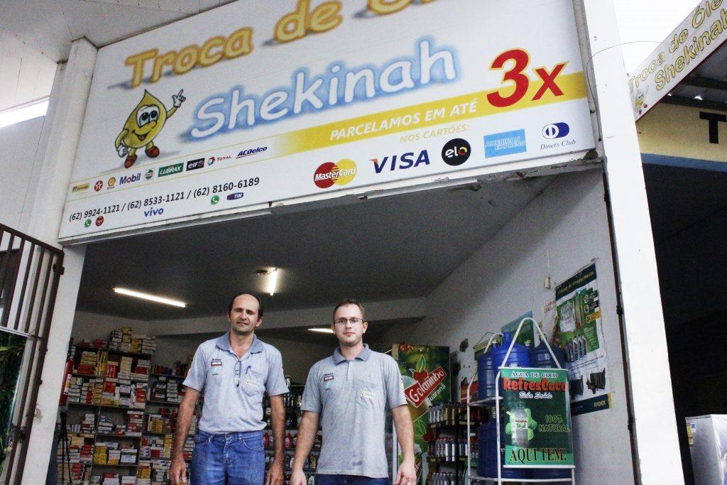 Antônio Garcia e Rafael Alves são sócios e funcionários da Troca de óleo Shekinah. | Foto: Folhaz