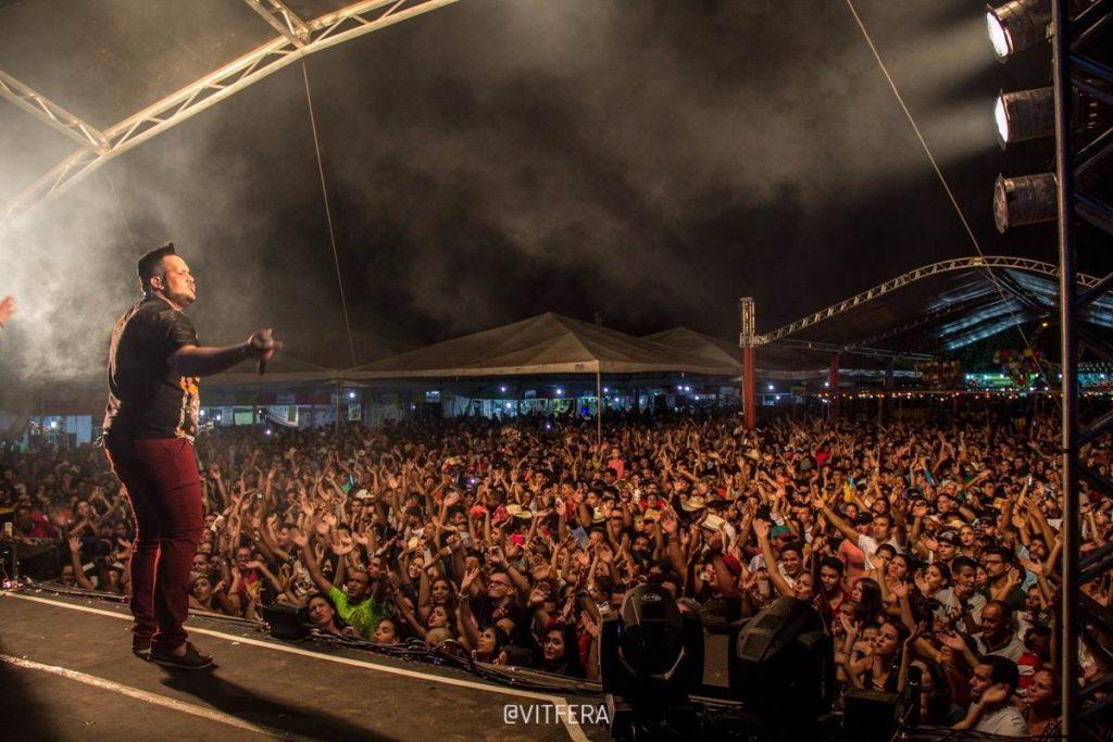 Cantor anima plateia durante a edição passada do Festival | Foto: Divulgação