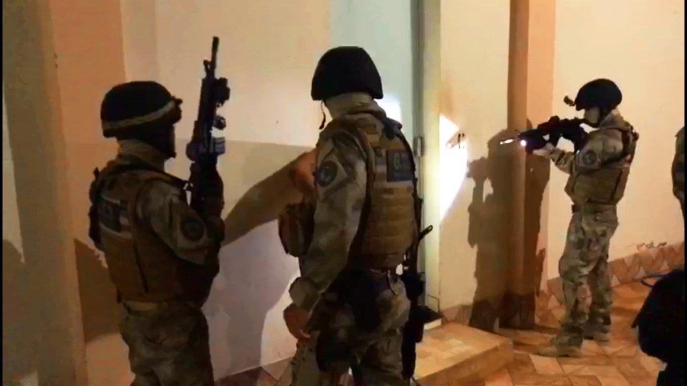 Agentes do Grupo Tático 3 (G.T.3), unidade de elite da Polícia Civil, cumprem mandados de prisão relacionados ao tráfico em Iporá | Foto: Divulgação/ PC