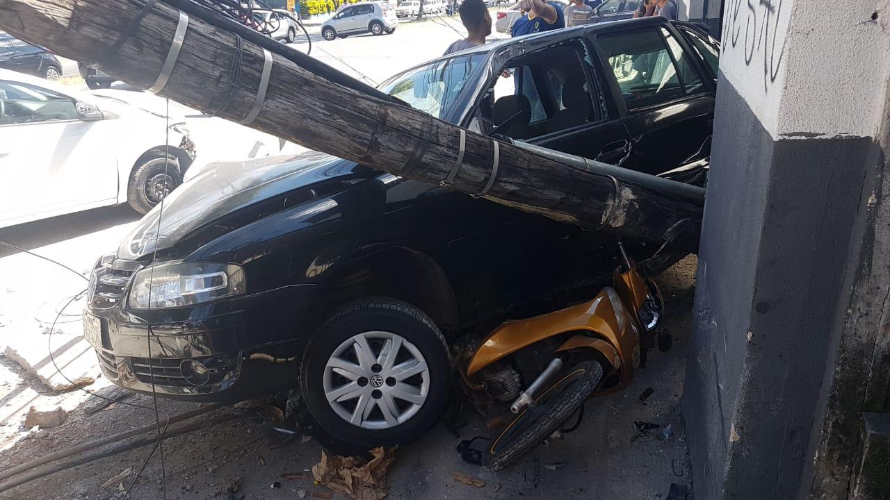 Poste de fiação elétrica foi destruído na colisão | Foto: Guilherme Coelho/Folha Z